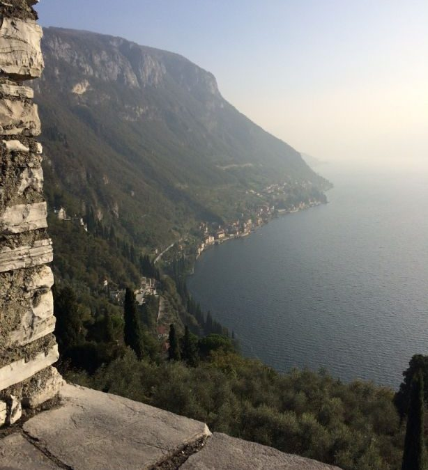 Castello di Vezio hoog boven op de berg bij Varenna